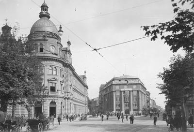 Początek Starowiślnej, po lewej budynek w którym w czasach PRL-u mieściła się poczta i centrala telefoniczna, teraz Poczta Główna i salon Orange