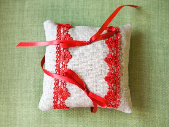 Cuscino portafedi in lino grezzo e pizzo di BrightSpotOfColour