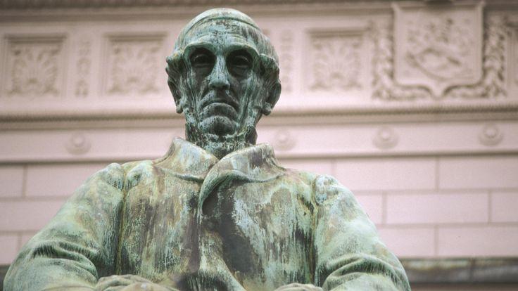 Johan Vilhelm Snellman oli suomalaismielinen filosofi, kirjailija ja sanomalehtimies. Hän korosti suomen kielen asemaa ja oman rahan saamista Suomelle.
