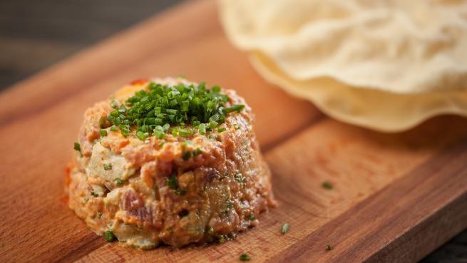 Tartare de thon (ou saumon) au cari, radis et céleri | Recettes | Signé M | Émission TVA Il met les radis et échalotes dans le tartare