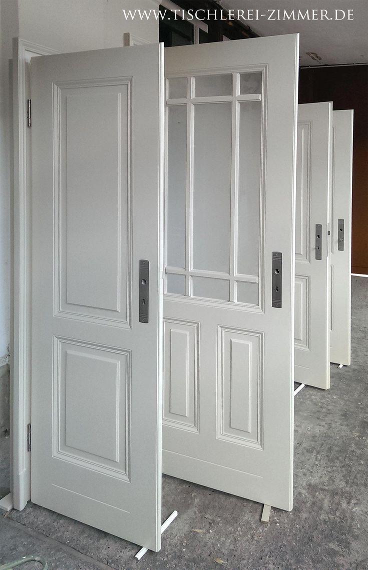 … Innentüren nach historischem Vorbild mit Sprossenrahmen und klassischen Kassettenfeldern in Weiß