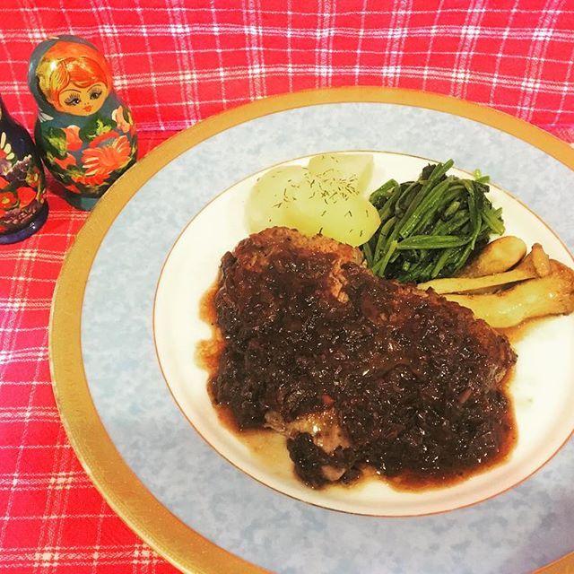 〜海燕のメイン〜 こちらは『シャリアピンステーキ』です🍴  ロシアのオペラ歌手🇷🇺👩🎤 シャリアピンのために帝国ホテルで出された伝統の1品 赤ワインのオニオンソースでいただく牛ヒレ肉のステーキ たまりません😹💗💗💗 柔らかい上質なお肉を ぜひお召し上がりください! こちらのシャリアピンステーキ のお値段は ¥2500+Tax!! #海燕#ロシア料理#レストラン#ディナー#美味しい#グルメ#肉#菊坂#春日#本郷#文京区#