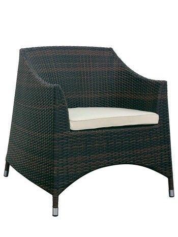 Raffinata e signorile poltrona. Una linea classica, rivisionata nel design e resa attuale. Seduta alta, molto comoda. Adatta per esterno, dona all'ambiente eleganza e innovazione. Da abbinare il divano 3 posti e il tavolino (vd su ACCESSORI). Realizzato in midollino sintetico nei colori: bianco, nero o testa di moro. Sedia impilabile. Cuscino di seduta compreso.