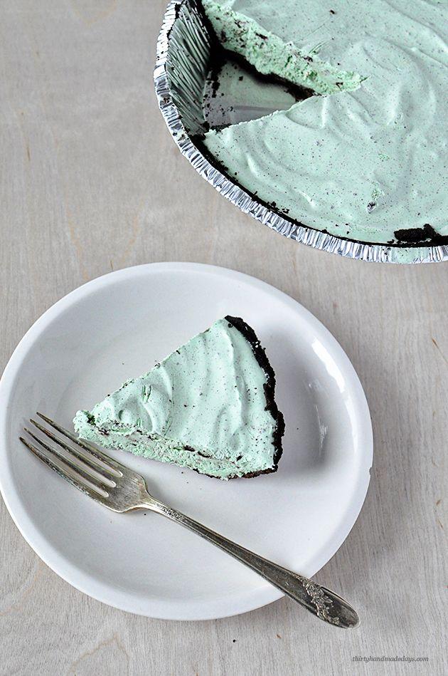 オレオクッキーを土台にした見た目もクールで美味しいチョコミントアイスケーキです。材料はシンプルで作り方も簡単!週末のご馳走にプラスしてはいかがですか?