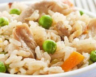 Risotto au poulet, petits pois et carottes : http://www.fourchette-et-bikini.fr/recettes/recettes-minceur/risotto-au-poulet-petits-pois-et-carottes.html