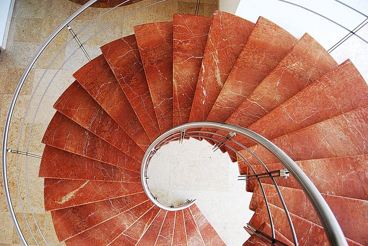 Escalera: Mármol rojo alicante  Piso: Mármol Bellagio