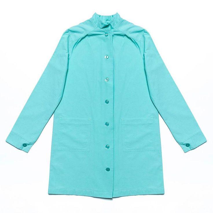 Плащ от Cortimorcor (4 090 руб.) свежего мятного цвета   Можно сочетать как с классическими бежевыми брюками и шпилькой  так и с рваными джинсами и кроссовками   Musthave этой весны!  #gardbe #гардероб #одеждапоподписке #cortimorcor #плащ #mint