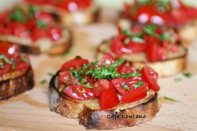 Bruschetta (okunuşu:brusketta), İtalyan mutfağının en basit ve en mucizevi atıştırmalıklarından. Yapımının basit olması, malzemelerin sadeliği ve sarımsağın iştah açıcılığı ile yemek öncesi veya ak...