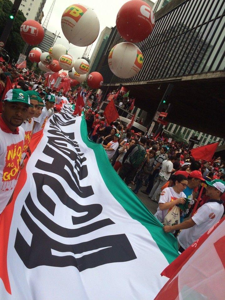 Faixa em defesa da democracia durante manifestação na Avenida Paulista
