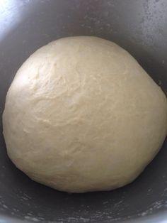 PATE MAGIQUE Ingrédients: 500g de farine 180-200 ml d'eau environ 1 càc de levure de boulanger 1 càs de sucre en poudre  3 càs de lait en poudre  30g de beurre mou 1/2 càc de sel  Verser dans la cuve du robot tous les éléments à l'exception du beurre.Pétrir pendant une dizaine de minutes jusque la pâte soit bien lisse.Ajouter le beurre mou et pétrir à nouveau.Recouvrir d'un torchon et laisser lever la pâte.Celle-ci est prête lorsqu'elle aura doublé de volume (cela à pris 2 heures environ…