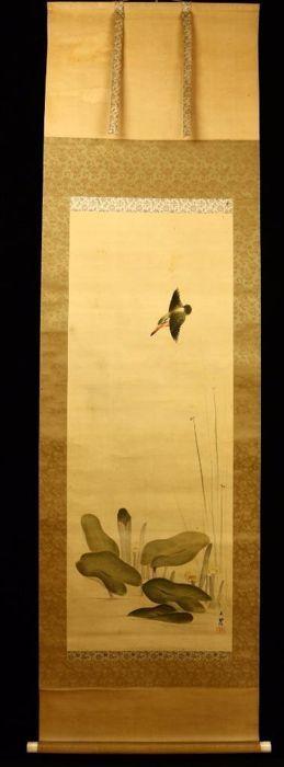 Japanse rolschildering van een ijsvogel en waterlelies gesigneerd met 石僊 (Sekisen) - Japan - ca 1920  Japanse rolschildering van een ijsvogel en waterlelies gesigneerd met 石僊 (Sekisen)De rolschildering is in een goede conditie met hier en daar een lichte veeg. De afbeelding is op zijde geschilderd. De doppen van de oprolstok zijn vervaardigd uit been en de montering is van zijde.Afmetingen: 189 cm x 60 cm beschilderd paneel 109 cm x 405 cmDe rolschildering wordt verzonden met aangetekende…