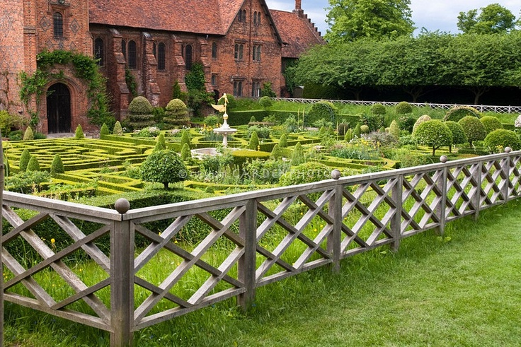 Fence, oh, how i love you.: Cottages Gardens, Houses England, Herbs Gardens Design, Front Yard, Gardens Gates, Vegetables Garden, Veggies Gardens, Fence Design, Hatfield Houses