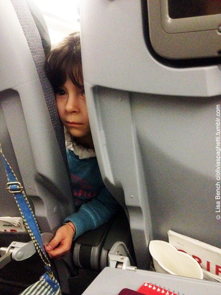 ecco Sofia, abbiamo fatto a scambio posto così lei può stare accanto alla mamma, ho messo anche il suo abbraccio nel bagaglio a mano mentre ...