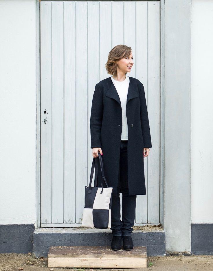 Sustainable Autumn Look // Coat: LANIUS @Lanius_fashion // Jumper: LANA organic @lanaorganic // Bag: KorkAllee.de @korkallee // Photo: eyetakeyourpicture.de // OOTD // Capsule Wardrobe Look // Black and White Inspo // Minimalistic Style (Ad // showing product samples)