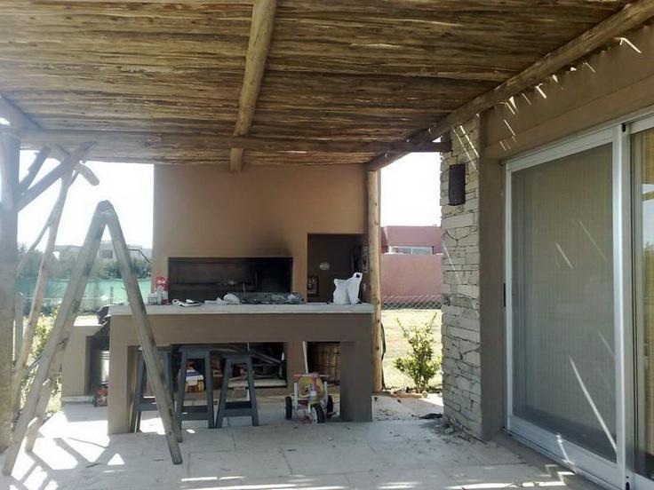 P rgola de palos con parrilla decoracion exterior - Pergolas de troncos ...