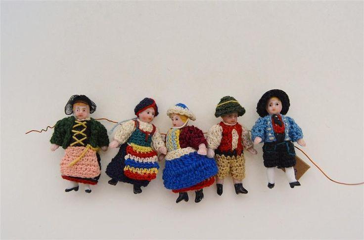 fünf Miniaturpuppen mit Trachten