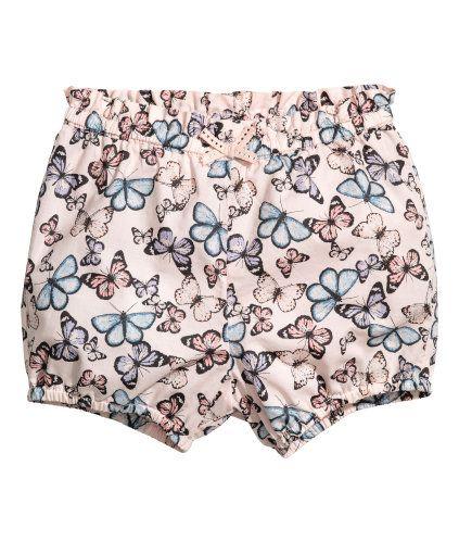 Lys rosa/Sommerfugler. En shorts i luftig, vevd bomullskvalitet. Den har elastikk i midjen med dekorativ sløyfe. Elastikk nederst på bena.