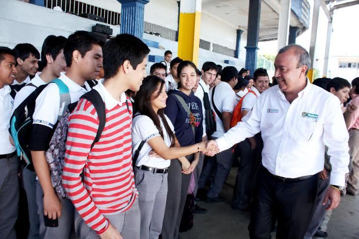 Con el aumento de medio millón de pesos en los recursos destinados a las becas escolares de nivel municipal, beneficiaremos a más estudiantes de bajos recursos, para que puedan continuar con sus estudios y así lograr sus metas en la vida.
