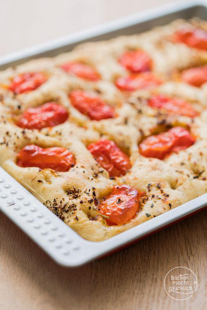 Italieniscche Focaccia mit mediterranen Kräutern und Tomaten - schön fluffig und soo lecker! | http://www.backenmachtgluecklich.de