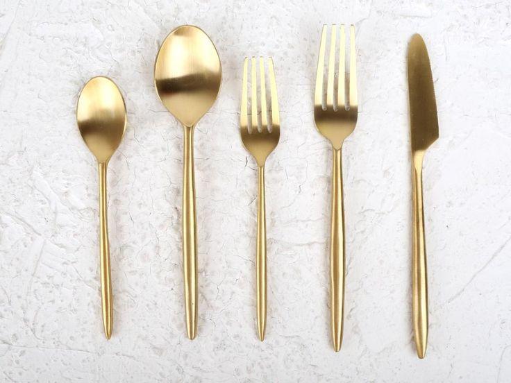 Set de cinco cubiertos dorados.