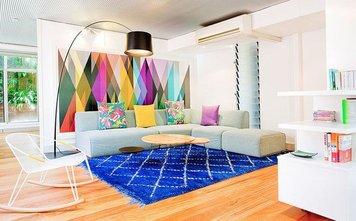 Яркие обои и ковёр в интерьере гостиной