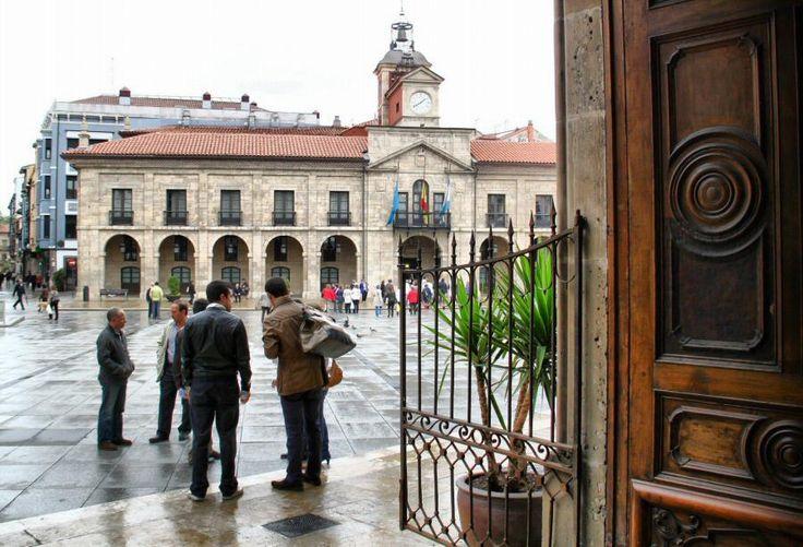 Ayuntamiento en la plaza de España de Avilés en Asturias