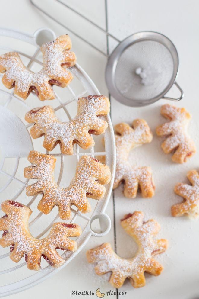 Popularne ciasteczka z marmoladą w kształcie ponacinanych podkówek. Ciasteczka zrobione są z ciasta półfrancuskiego, które robi się bardzo ...