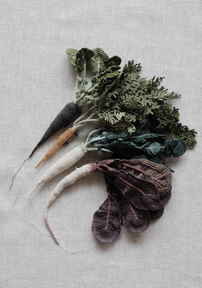 Broche faites de diverses légumineuses crochetées par JungJung. Brooches made of different crocheted root vegetables by JungJung. Photo : Ten_do_Ten