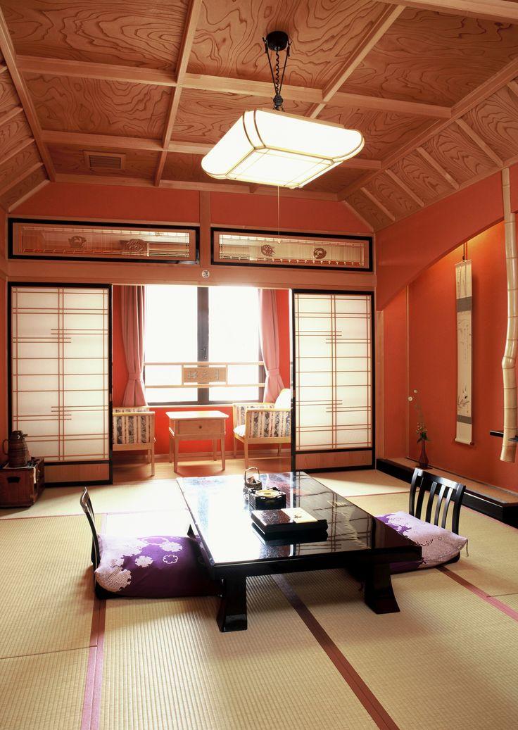 In de oude stad Hidafurukawa verblijf ik in Ryokan Yatsusankan, een traditionele accommodatie in Japanse stijl, compleet met tatami matten, schuifdeuren en onsen (warmwaterbronnen). #Yatsusankan #Hidafurukawa