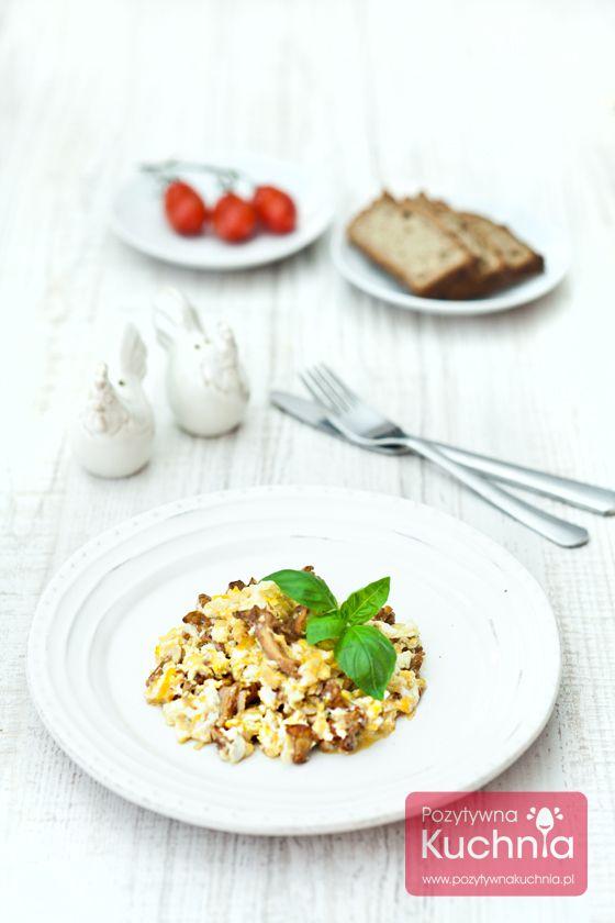 Jajecznica z kurkami - #przepis na jajecznicę z grzybami  http://pozytywnakuchnia.pl/jajecznica-z-kurkami/  #kuchnia #sniadanie #jajecznica #jajka #kurki #grzyby