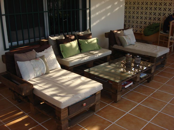 Zona chill out hecha con palets reciclados hoy queremos for Sofa exterior reciclado