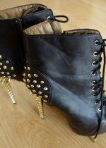 Černé boty lity kotníkové se zlatými hroty na podpatku