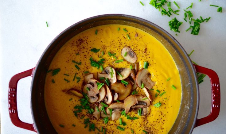 Deze winterse knolselderij soep is klaar in een handomdraai en perfect voor als je je friends over de vloer hebt. Heerlijk romig en vullend, en natuurlijk ook healthy! Knolselderij is een goede bron v
