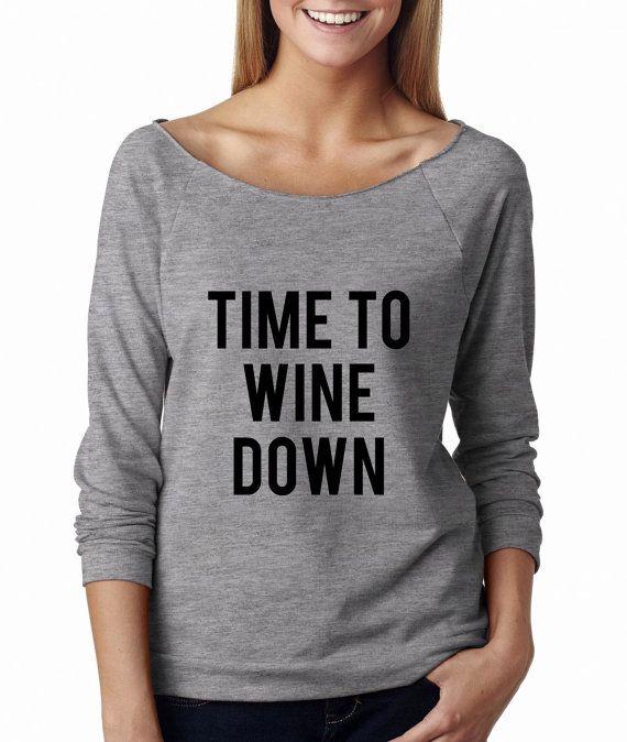 Metallic goud Print! Tijd om wijn naar beneden, brede hals Shirt, grafische Shirt voor vrouwen
