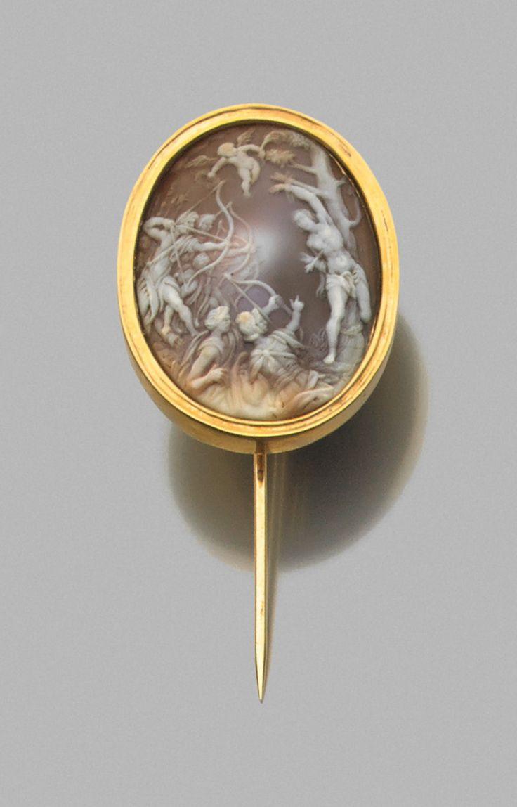 Epingle ornée d'un médaillon ovale sertissant un camée représentant le martyre de Saint Sébastien, d'après une composition de Hans von Aachen (1552-1615). Coquillage et or. Camée : Allemagne, XIXe siècle.