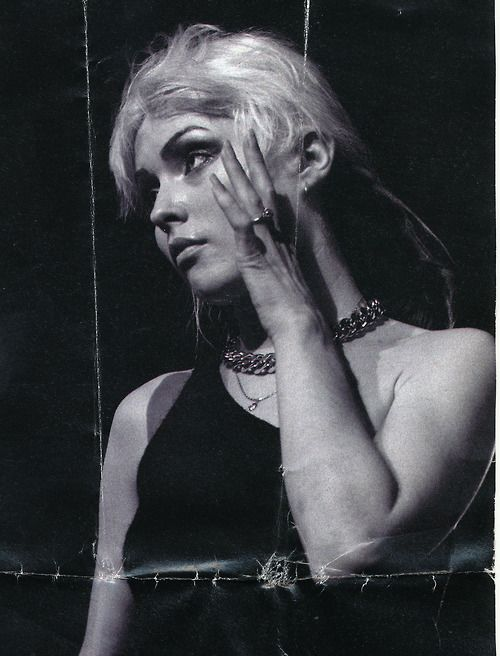 Debbie Harry. Love her heavy chain & delicate chain...