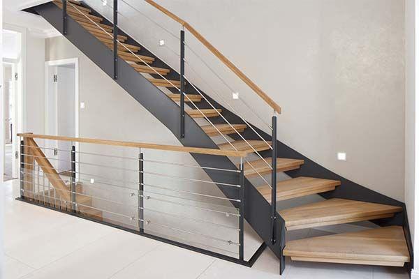Escalera con estructura de hierro y escalones de madera for Escaleras de hierro y madera