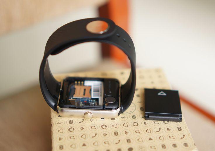 Tháo phần nắp bên dưới, người dùng sẽ thấy pin và khe cắm SIM của máy. Có thể thấy, sản phẩm này lấy cảm hứng nhiều từ Apple Watch nhưng độ hoàn thiện không cao bằng. Tuy nhiên, máy tỏ ra đa năng hơn hẳn.