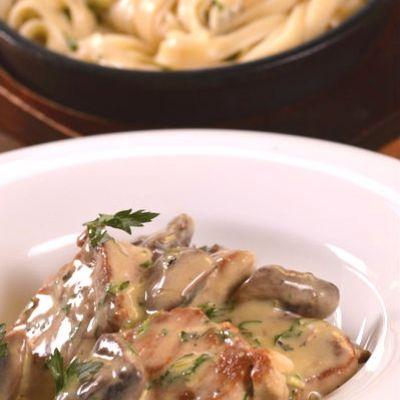 χοιρινά φιλετάκια με σάλτσα και ταλιατέλες