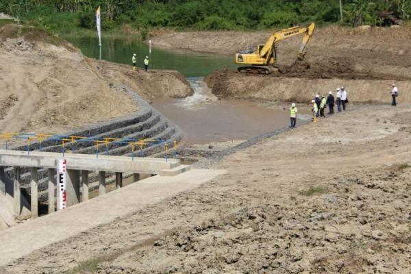 Dijelaskan oleh Asisten II Pembangunan Pemda Kabupaten Kuningan Dadang Suparman, dari 3.000 hektar lahan irigasi yang mendapat manfaat dari keberadaan Bendungan Kuningan tersebut, 1000 hektarnya...