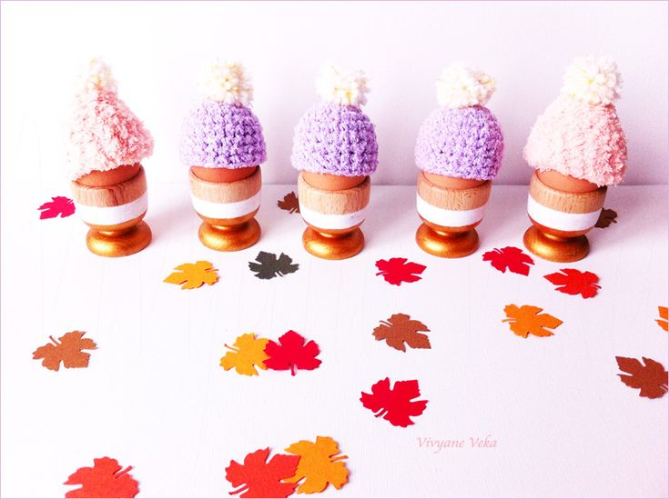 En mode cocooning, petits bonnets au crochet pour oeufs et coquetiers dorés / Cocooning style : small crocheted hats for eggs and golden eggholders