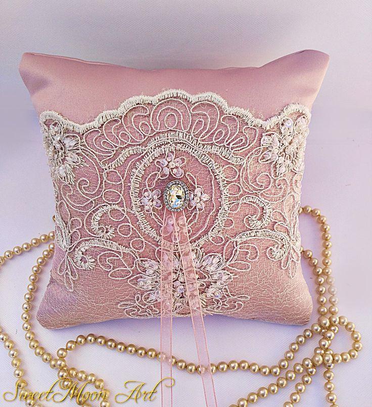 Cojín para alianzas rosa empolvado,cojín para anillos de boda,cojín encaje,cojín satén rosa,almohada portadora anillos,anillos de boda de SweetMoonArt en Etsy