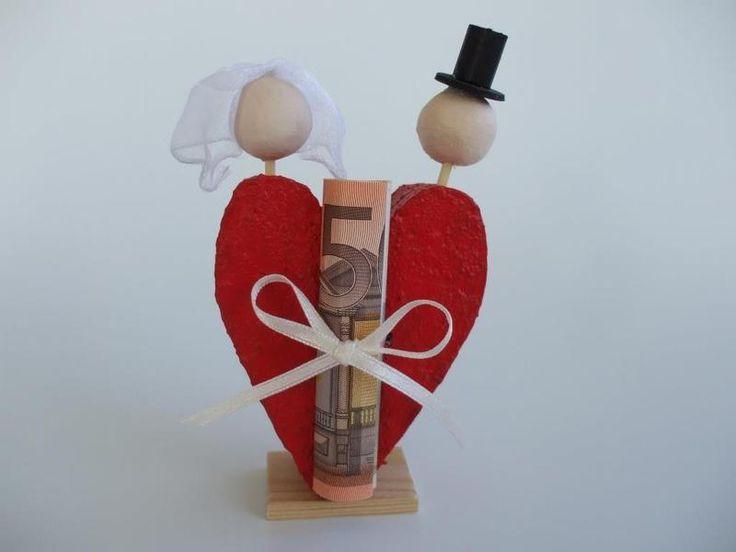 """Das Geldgeschenk zur Hochzeit """"anders"""" verpackt.  Binde den gerollten Geldschein oder Gutschein mit der Schleife an das Herz. Passende Karte aus unserem Sortiment dazu - Fertig!  Wir verpacken..."""
