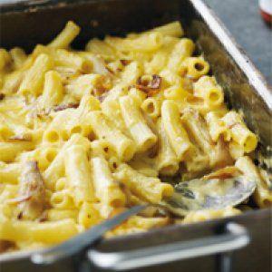 Macaroni and cheese med bløde løg opskrift