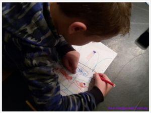 Ontspannen is voor een beelddenker zeer belangrijk. Even geen letters, cijfers, woorden of oefenen, maar creatief samen tekenen.