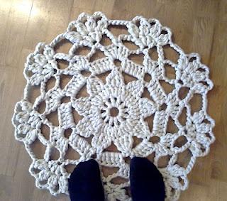 Crocheted cotton doily rug ----- Virkattu pitsimatto trikookuteesta