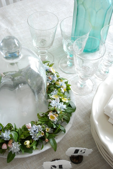 What a beautiful table centrepiece! Use different shades of blooms to keep up with seasonal trends.