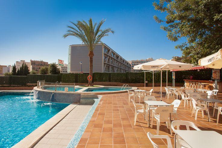Primavera Park hotel en Benidorm. Zona terraza, con dos piscinas y bar restaurante