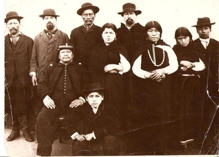 1884 24 mzo Bs As. Namuncurá, con uniforme del ejército, junto a sus dos mujeres Rosario e Ignacia, su hermana Callayncatu Curá, hermanos y su hijo.