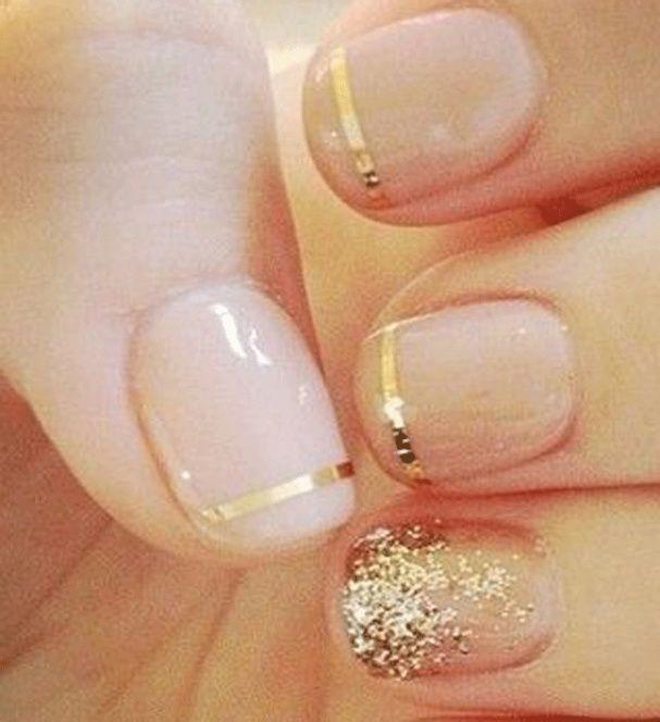 """Manucure """"nude"""" et touches dorées"""